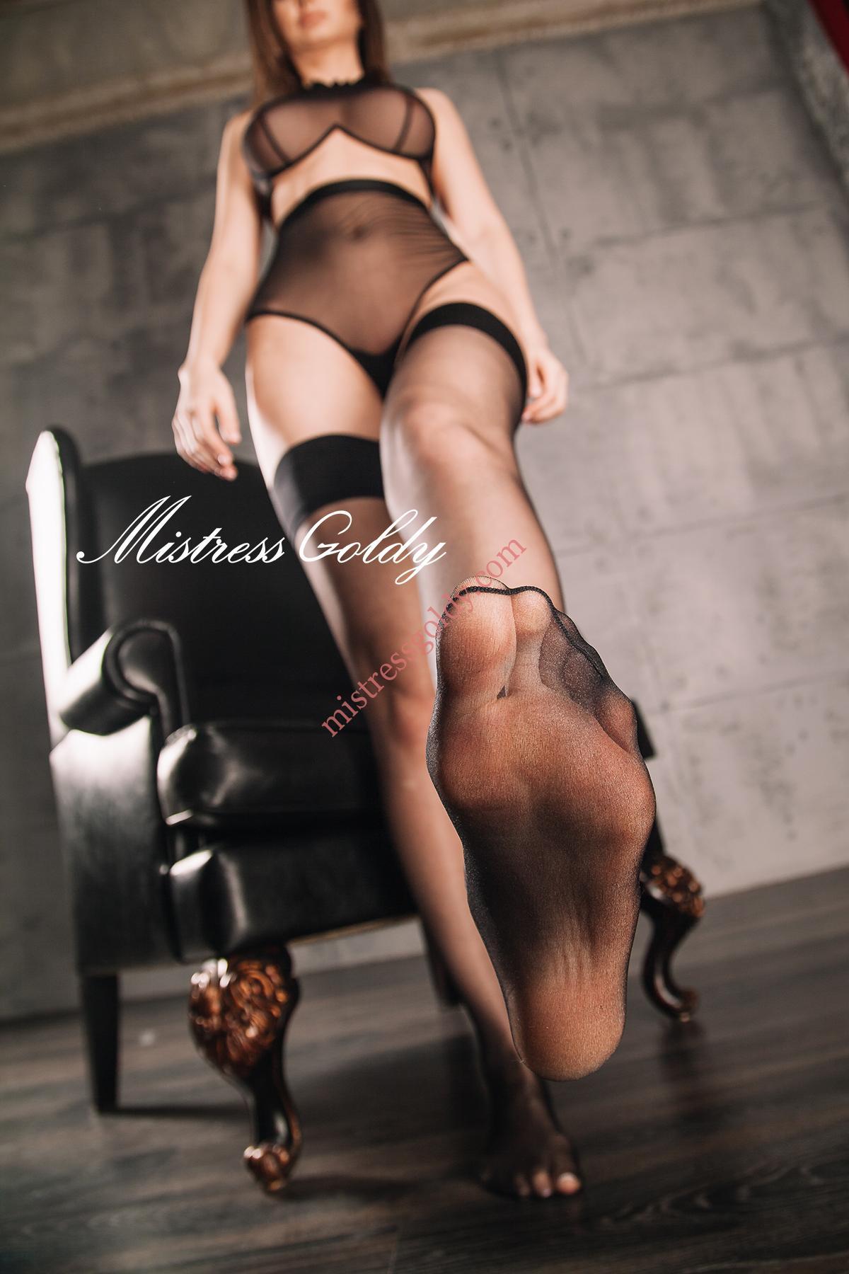 Фетишист поклоняется ножкам госпожи — photo 13